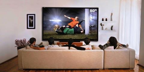 Televisão Sharp do tamanho do sofá